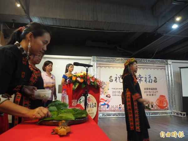 達仁鄉排灣族巫師在活動上為10月的活動祈福。(記者王秀亭攝)