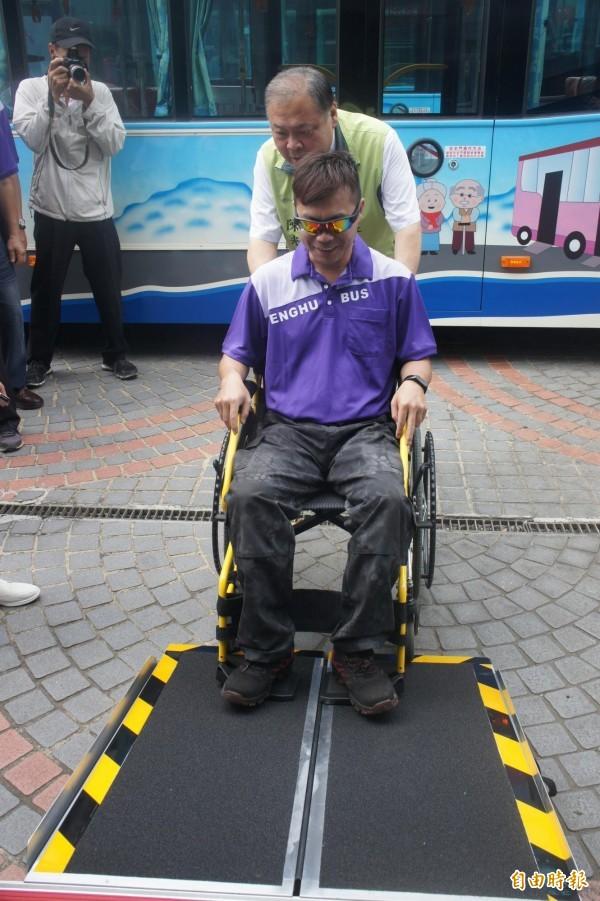 縣長陳光復體驗推輪椅上下公車,了解對於身心障礙者的便利性。(記者劉禹慶攝)
