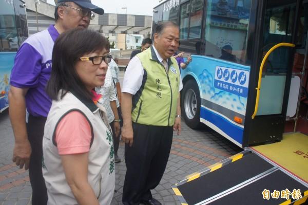 低底盤公車提供上下渡板,同時車身也能自動傾斜。(記者劉禹慶攝)