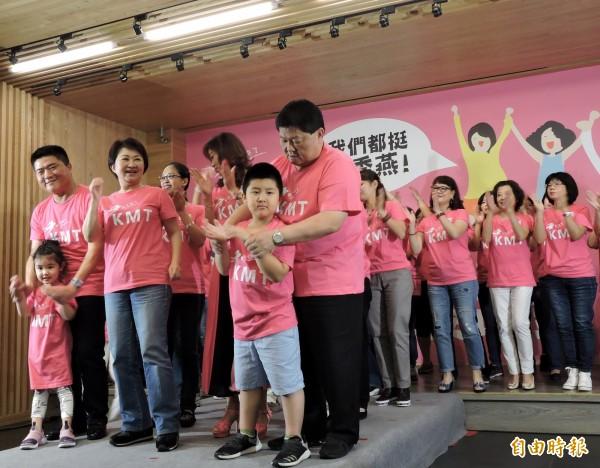 國民黨台中市長參選人盧秀燕(第一排左3)上台和大家一起秀潮T。(記者張菁雅攝)