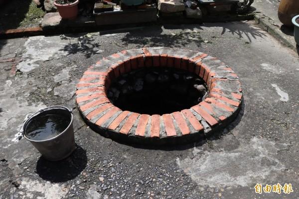 故居後院已有200年歷史的古井。(記者林敬倫攝)