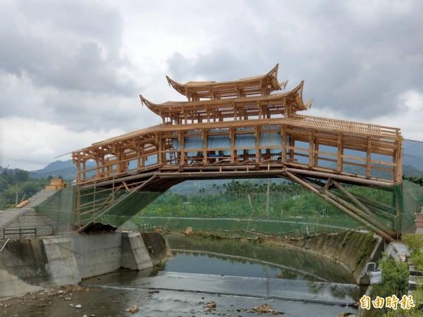集集鎮知名景點武昌宮旁的中國泰順廊橋正在組裝,由於橋頂已完成大致搭建,廊橋建築已見雛型。(記者劉濱銓攝)