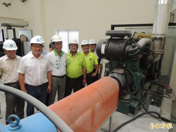 立委陳歐珀(左2)造訪冬山鄉林寶春抽水站,希望工作人員做好防災準備。(記者江志雄攝)