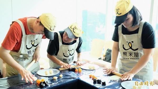熊米屋「小愉兒」們親手製作蛋黃酥給親愛的父母。(記者林欣漢攝)
