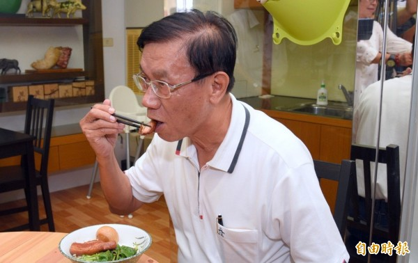 南投縣長林明溱品嚐南投縣農產運銷公司新上市的爌肉飯。(記者謝介裕攝)