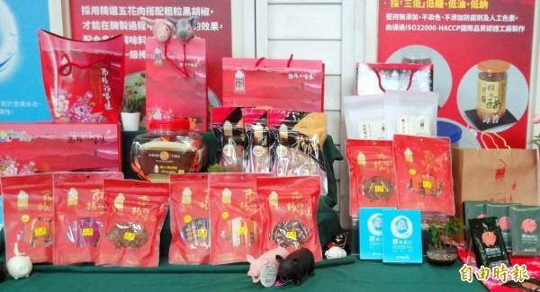 南投縣農產運銷公司推出香腸、肉品等禮盒,搶攻中秋節商機。(記者謝介裕攝)