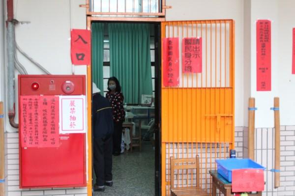 新竹縣今年的5合1選舉加上公投,扣除一些特定資格的選務人員,每個投開票所平均需要配置16.5人運作。(資料照,記者黃美珠攝)
