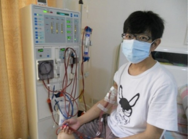 曾先生自家在家打針和透析洗腎,進行加強型居家血液透析。(記者蔡淑媛翻攝)