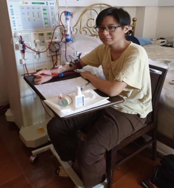 吳小姐在自家在家打針和透析洗腎,進行加強型居家血液透析。(記者蔡淑媛翻攝)