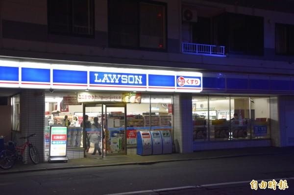 包括LAWSON等北海道超商,為了省電,入夜後只開部分照明燈。(記者蘇福男攝)