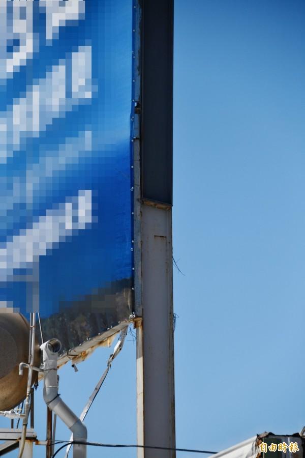 屋主認為看板二次焊接,有公安疑慮。(記者蔡宗憲攝)