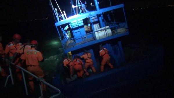 金門海巡隊冒著落海危險,跳上中國鐵殼船執行盤查任務。(圖由金門海巡隊提供)