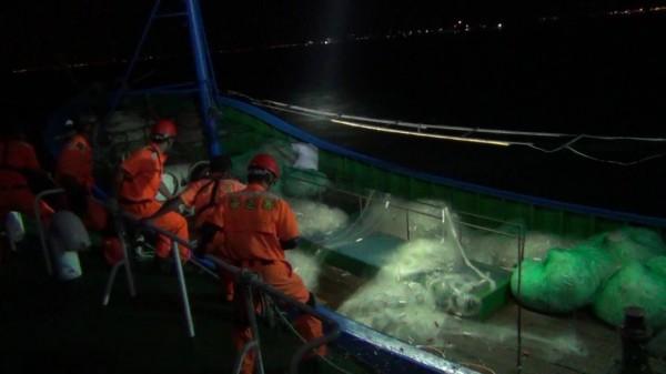 金門海巡隊發現中國鐵殼船上放置大批流刺網。(圖由金門海巡隊提供)