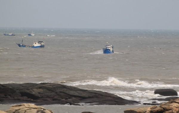 秋季漁汛來臨,不少中國漁船越界金門海域下網搶撈高價魚種。(圖由讀者提供)