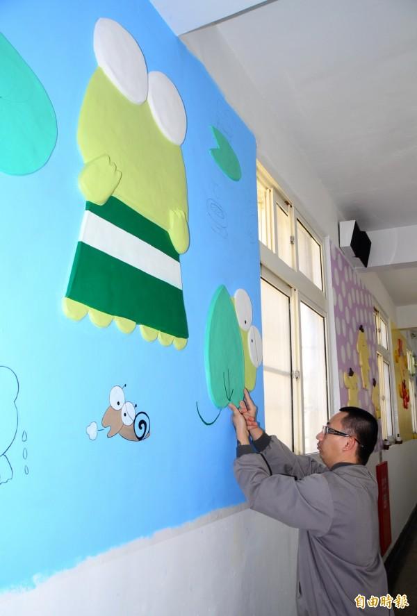 謝志宏以紙塑創作,布置舍房。(記者吳俊鋒攝)