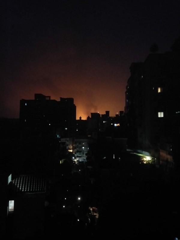 桃園煉油廠凌晨發出不明火光,造成居民恐慌。(圖擷取自臉書)