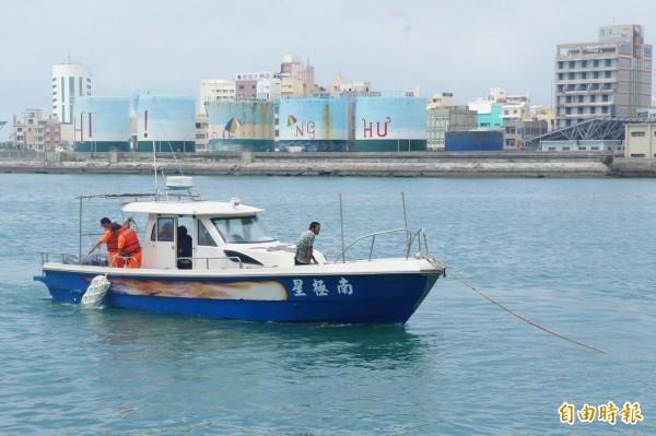 南極星號海釣船,由澎湖海巡隊警艇拖帶回馬公隊部。(記者劉禹慶攝)