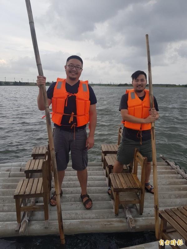 雲林家扶特地帶蒙古國的則日格(左)與萬亞(右)二位社工來到最有沿海特色的台西海口生活館體驗撐竹筏。(記者黃淑莉攝)
