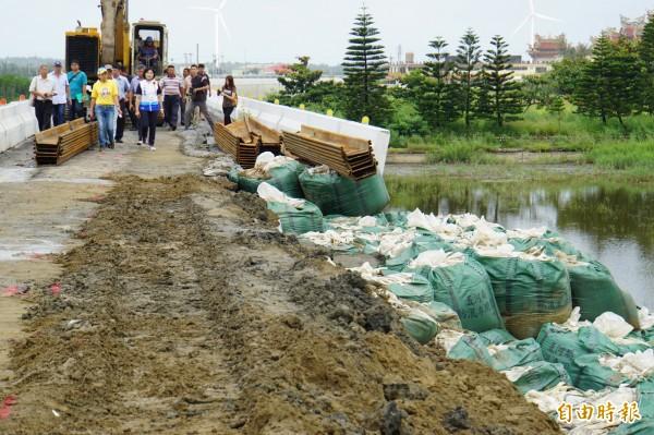 台西舊虎尾溪頂段外堤坍塌約300米,其中60公尺後擋土牆傾斜。(記者詹士弘攝)