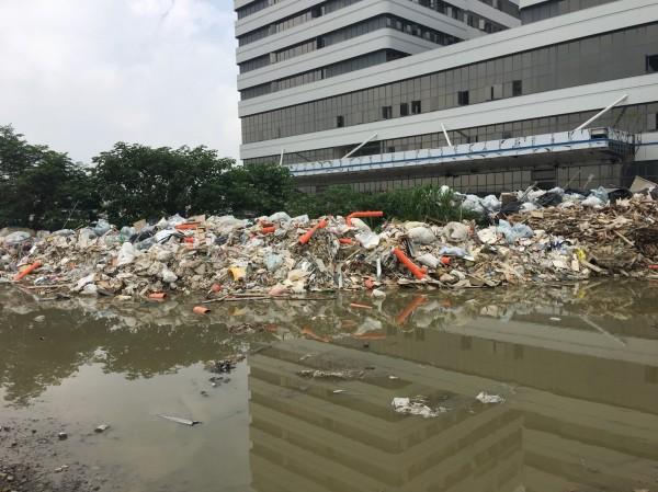 新竹縣政府環保局今天再次現勘,中醫大新竹縣健康產業園區工地內廢棄物仍在,正委外清運中。(新竹縣政府提供)