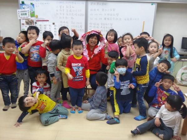 江翠國小附設園教師林淑綾,是貝貝班小朋友最愛的「黑人老師」。(新北市教育局提供)
