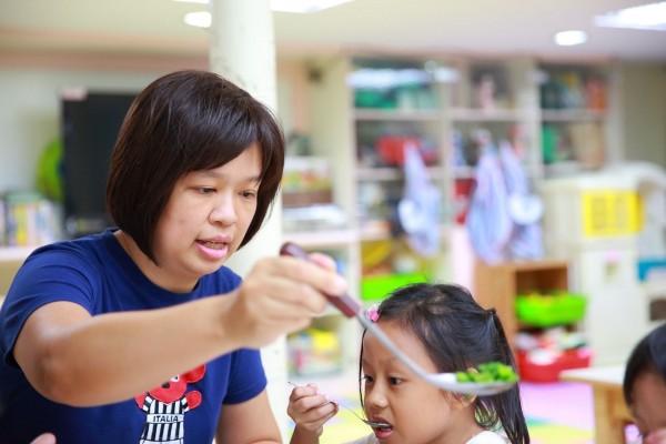 在江翠國小附設幼兒園任教20年的林淑綾,即便罹患癌症,仍堅守崗位到最後一刻。(新北市教育局提供)