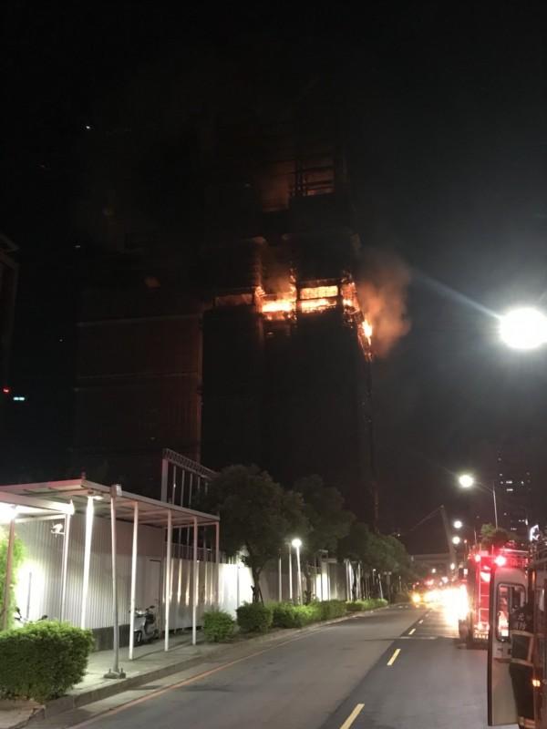 高樓工地驚傳火警,警消趕抵現場搶救中。(記者曾健銘翻攝)