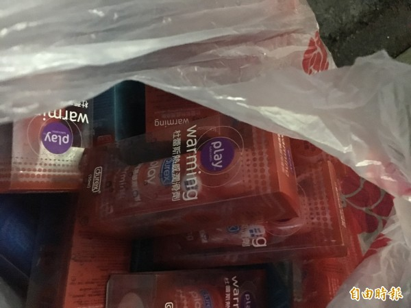 警方在場起獲百瓶知名品牌潤滑液。(記者吳昇儒攝)