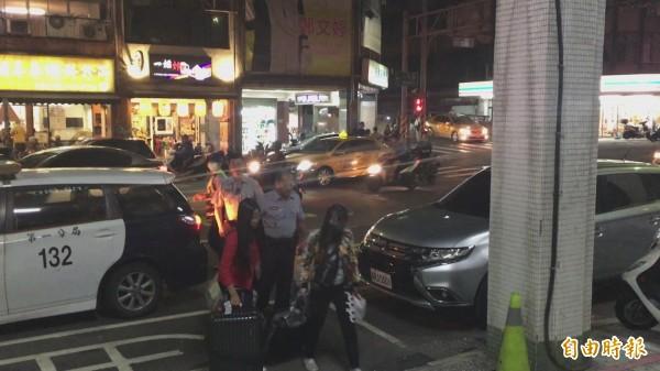 警方將涉嫌賣淫的泰籍女子帶回偵訊。(記者吳昇儒攝)