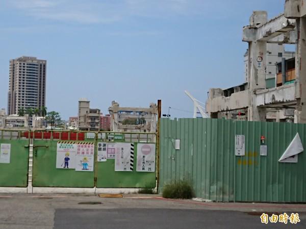 中國城廣場景觀工程停擺。(記者洪瑞琴攝)