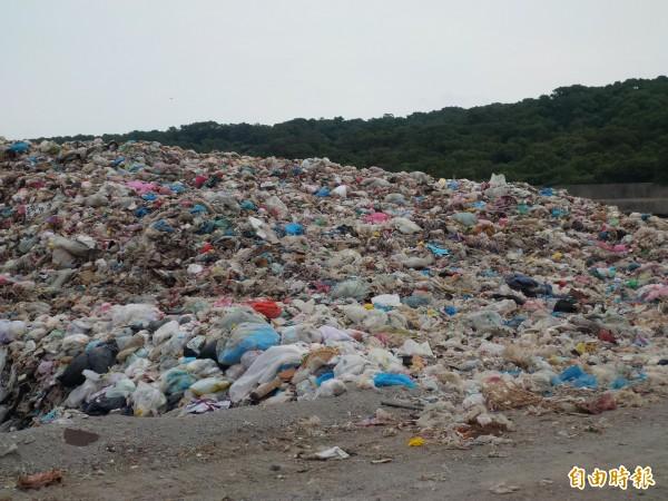 新竹縣政府環保局正在辦理「打包垃圾」計畫,如於17日順利標出,將儘早啟用來處理竹北、新豐區域垃圾掩埋場的暫置垃圾。(記者廖雪茹攝)