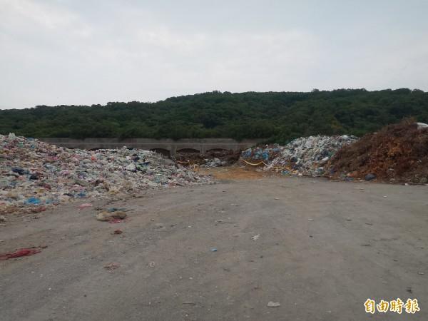 由於竹市和苗栗竹南焚化爐歲修,新竹縣16日起將有80噸垃圾,須暫置在竹北、新豐區域垃圾掩埋場等處。(記者廖雪茹攝)