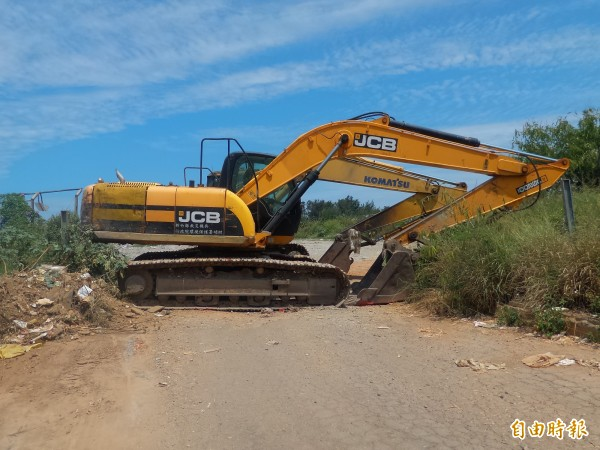 由於焚化爐每年兩次歲修,竹北、新豐掩埋場兩年來累積暫置了1萬7300公噸垃圾,今年5月底已被不滿的民眾擺放挖土機「封閉」,不准任何車輛進場。(記者廖雪茹攝)