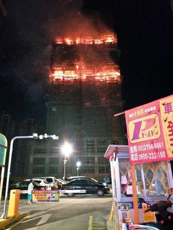 新北市大樓工地火災現場。(記者曾健銘翻攝)