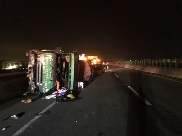 西濱快彰化鹿港段發生槽車翻覆1傷,疑H鋼釀禍。(記者劉曉欣翻攝)