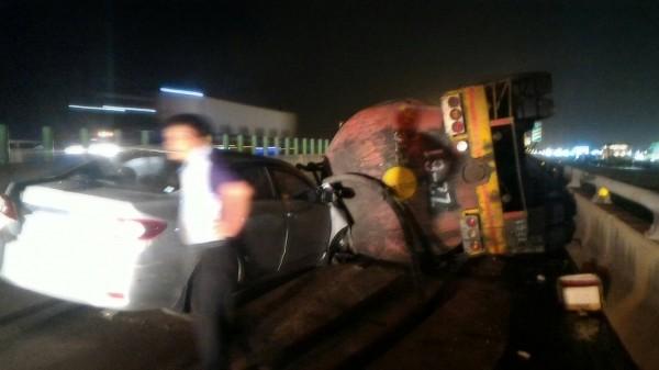 西濱快彰化鹿港段發生槽車翻覆,造成自小客車煞車不及也撞上槽車。(記者劉曉欣翻攝)