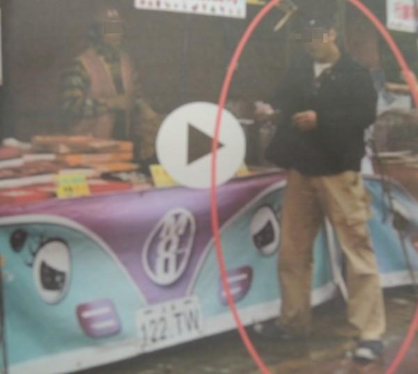 林姓男子去年底參加新竹縣耶誕點燈活動上,涉嫌偷走了350張園遊券和110張摸彩券後,大喇喇地在多個攤位白吃白喝白拿。(記者廖雪茹翻攝)