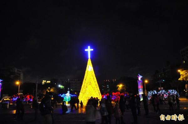歲末感恩季,新竹縣政府每年與宗教團體共同舉辦耶誕點燈活動,點亮豎立在縣府廣場的耶誕燈座,為大眾祈福。(資料照,記者廖雪茹攝)