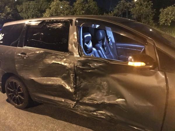 轎車被撞到車門凹陷變形。(記者吳昇儒翻攝)