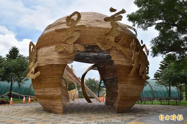 在青塘園展區展出的裝置藝術作品。(記者李容萍攝)