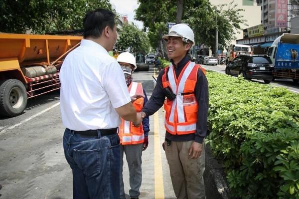 高市代理市長許立明多次會勘刨鋪工程,並向辛苦的工務團隊致謝。(記者王榮祥翻攝臉書)