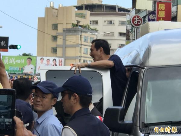 馬前總統進入車內又突然探出頭,對群眾說「後會有期」。(記者黃良傑攝)