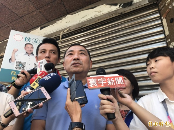 國民黨新北市長參選人侯友宜今早到淡水清水街市場掃街拜票。(記者葉冠妤攝)