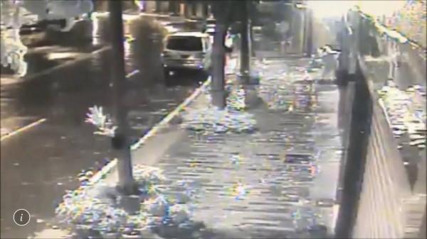 林姓男子在豪雨夜裡開車外出偷盆栽,被監視器拍下行蹤。(記者黃佳琳翻攝)