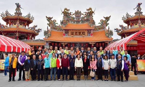 總統蔡英文(前排右8)今年大年初一到台東天后宮發紅包後大合影,鄺麗貞(前排右7)就站在總統左手邊。(記者黃明堂翻攝)