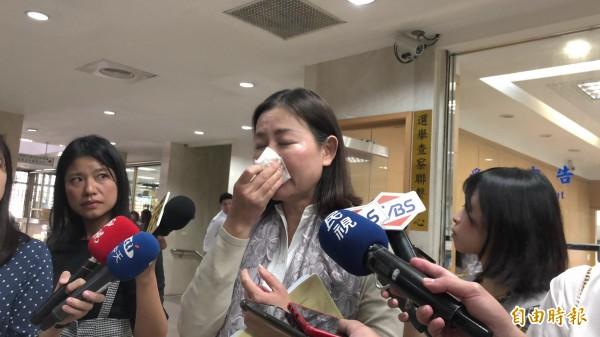 名媛厲馥華今天在律師李元德陪同下,向台北地檢署按鈴控告陳清治背信罪,她受訪時一度哽咽流淚。(記者錢利忠攝)