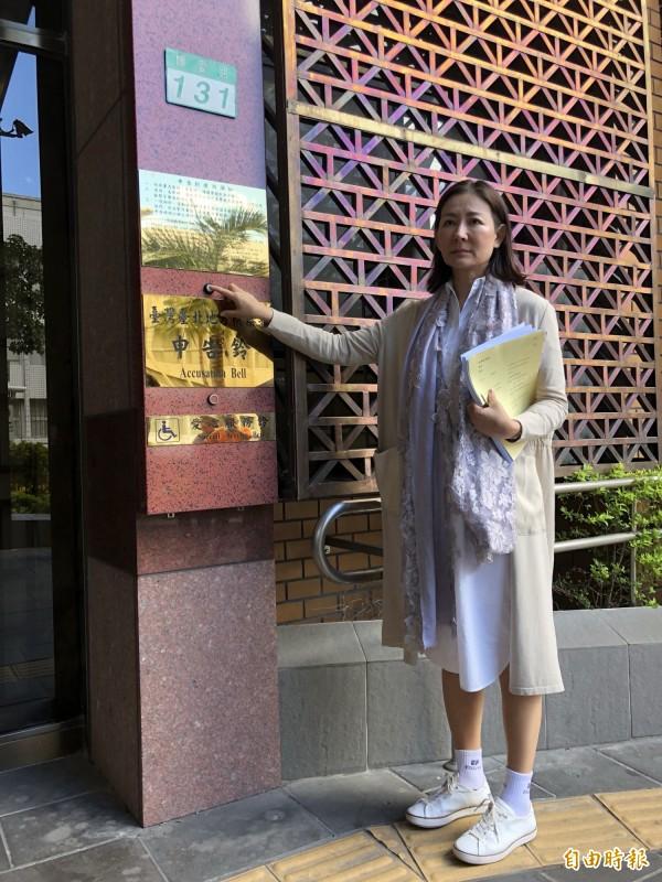 名媛厲馥華今天在律師李元德陪同下,向台北地檢署按鈴控告陳清治背信罪。(記者錢利忠攝)