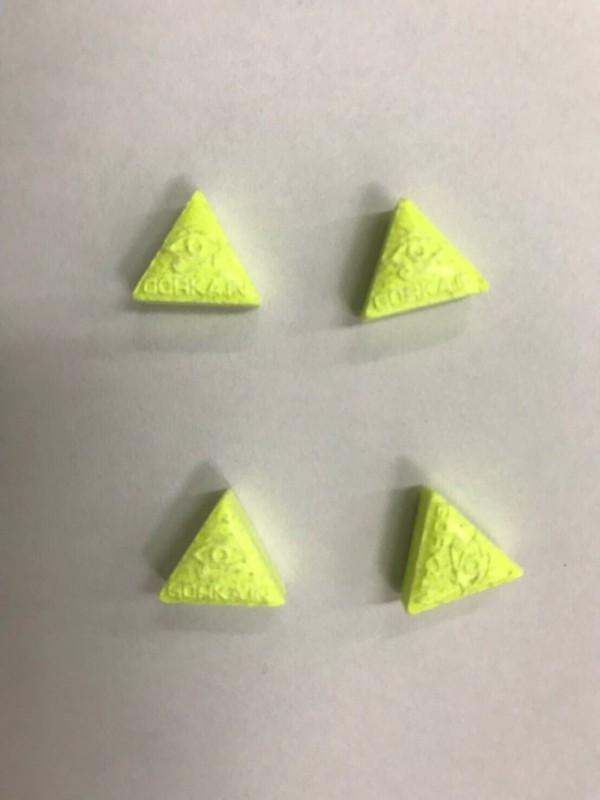 林男持有毒品中有顏色異常鮮艷的黃色三角形搖頭丸。(記者許國楨翻攝)