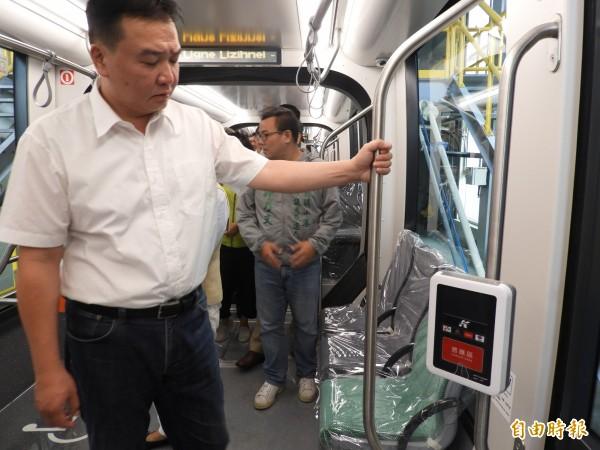 高雄市代理市長許立明視察輕軌二階列車的內裝,讚不絕口。(記者葛祐豪攝)