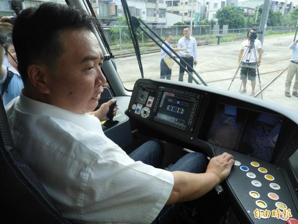 許立明體驗輕軌二階列車的駕駛艙。(記者葛祐豪攝)